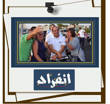 السياح يلتقطون سيلفى مع الرئيس عبد الفتاح السيسى