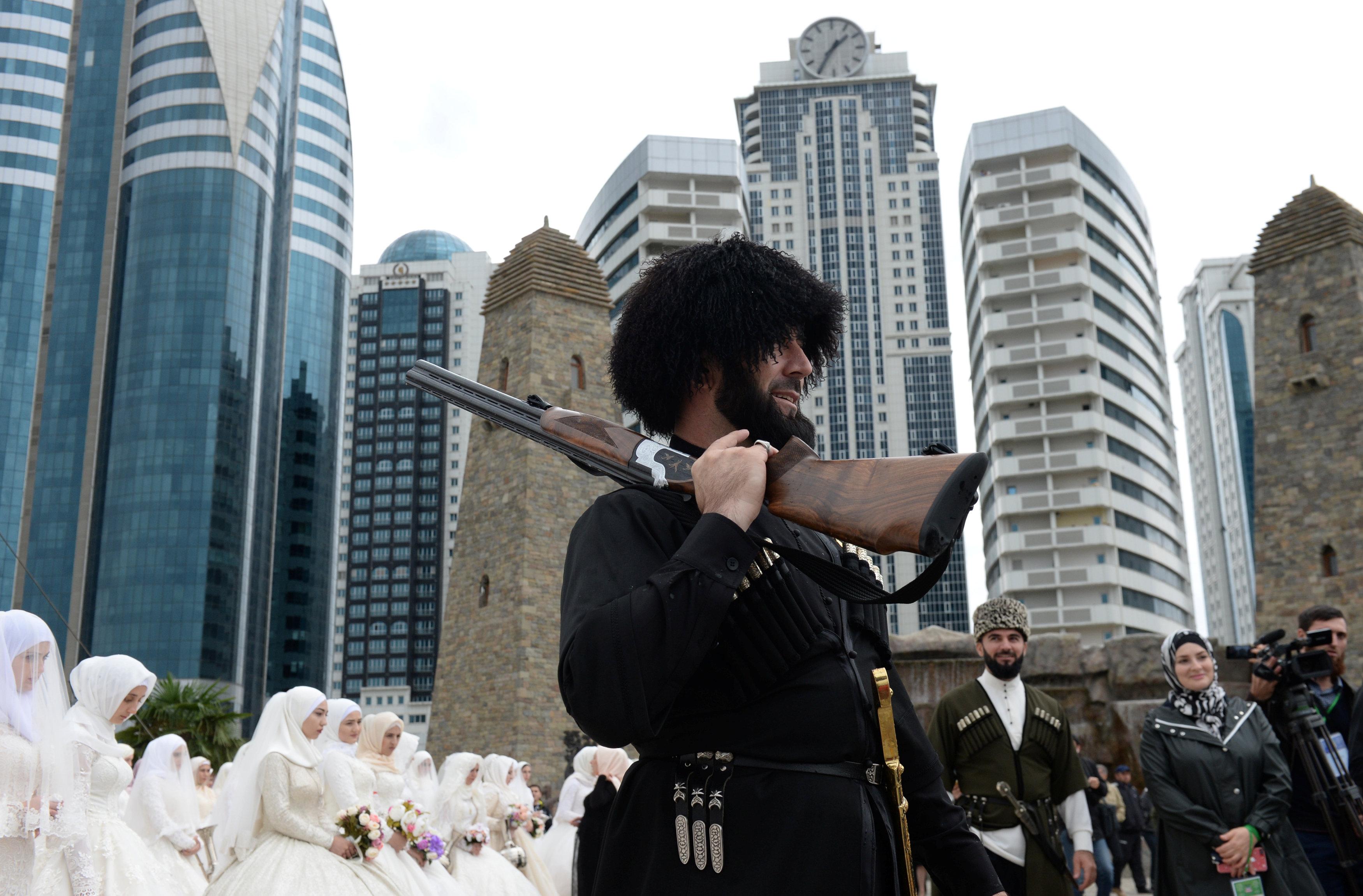 صور حفل زفاف جماعى فى الشيشان بمناسبة الذكرى الـ 200 لتأسيس جروزنى 1102793-2018-10-05T164357Z_541292782_RC1E6B52F5D0_RTRMADP_3_RUSSIA-CHECHNYA-GROZNY-ANNIVERSARY