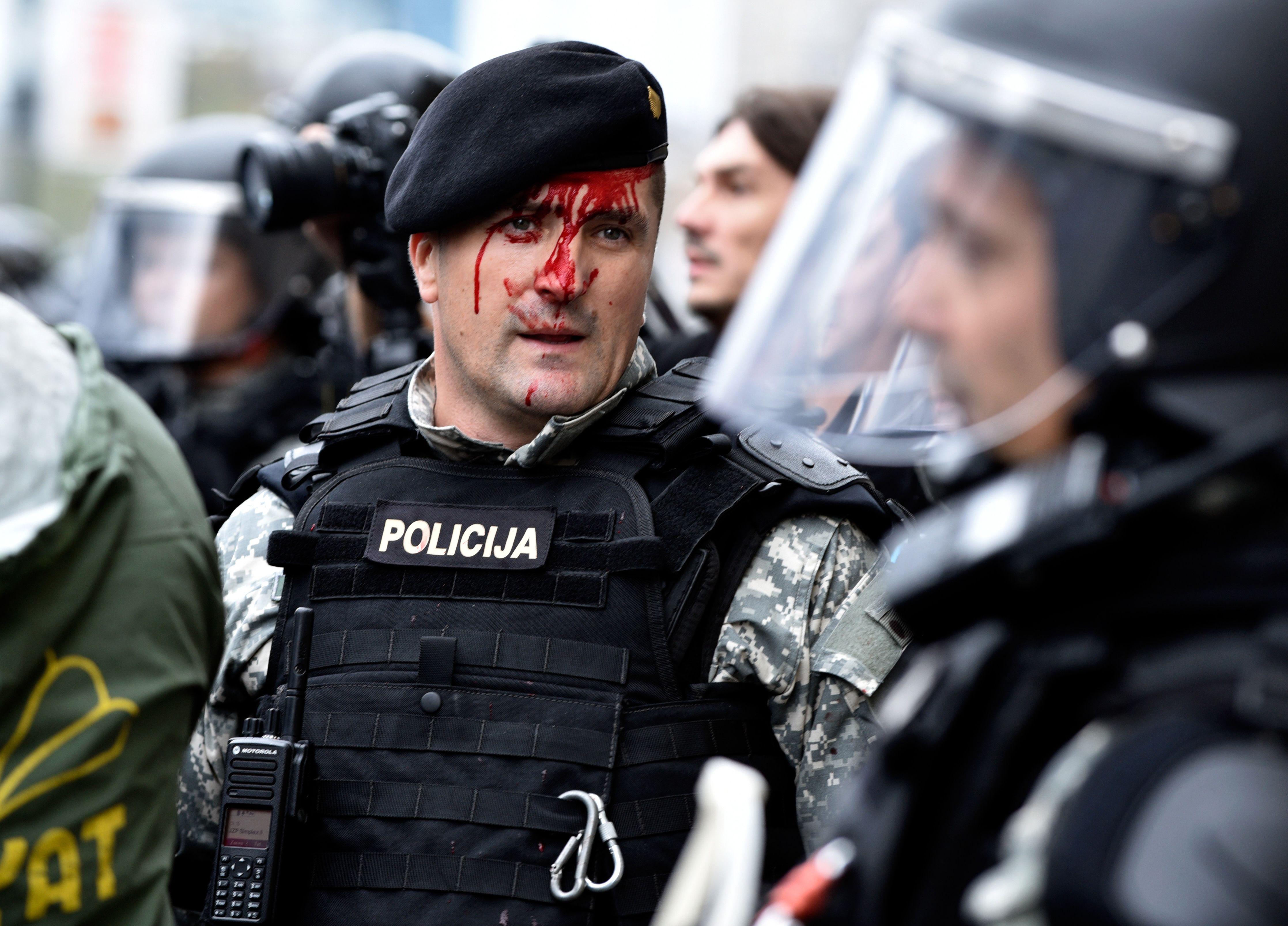 صور.. شرطة البوسنة تشتبك مع مئات من المحاربين القدماء بالعاصمة سراييفو  1188644-البوسنة-(7)