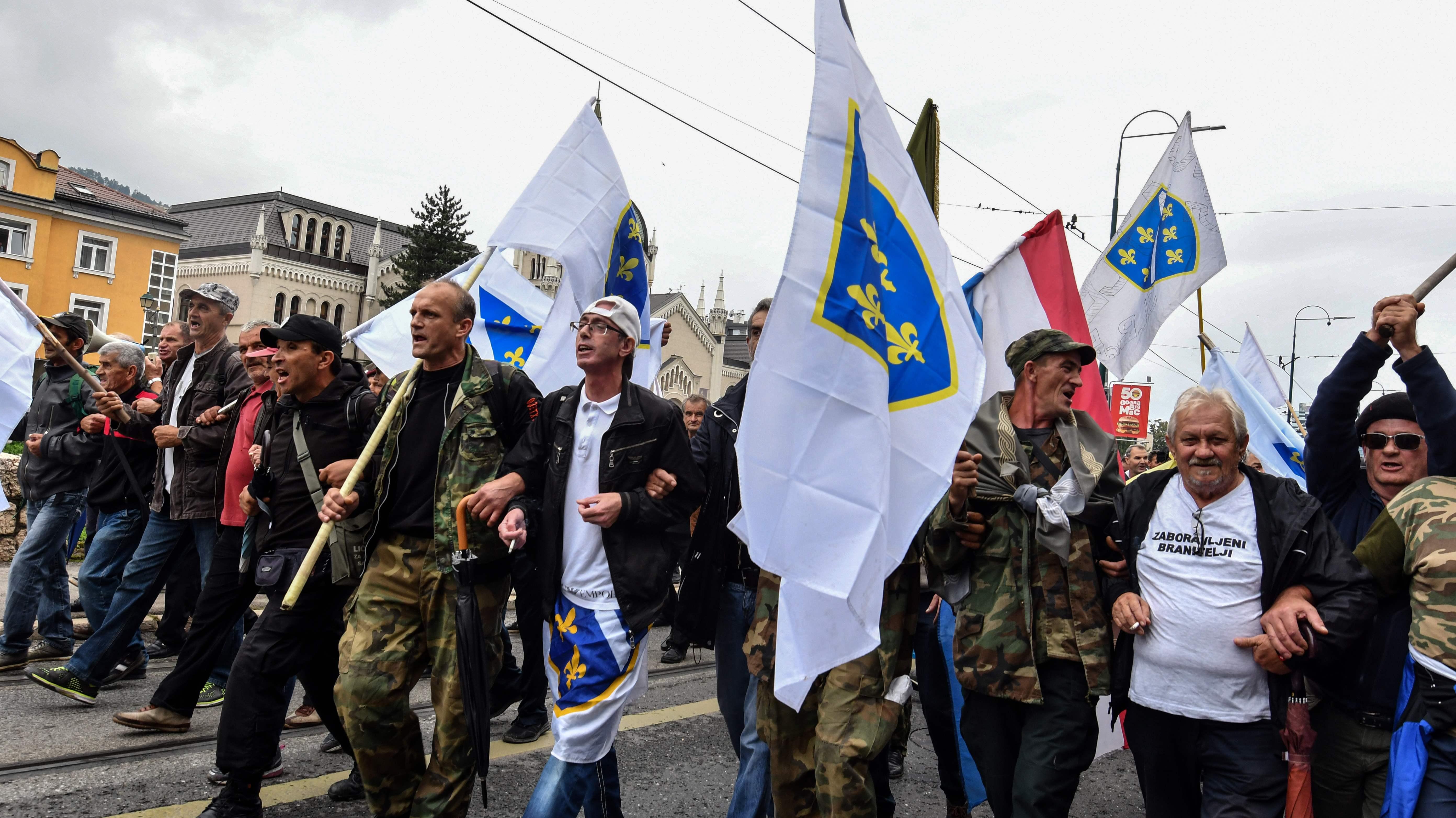 صور.. شرطة البوسنة تشتبك مع مئات من المحاربين القدماء بالعاصمة سراييفو  1260529-البوسنة-(5)