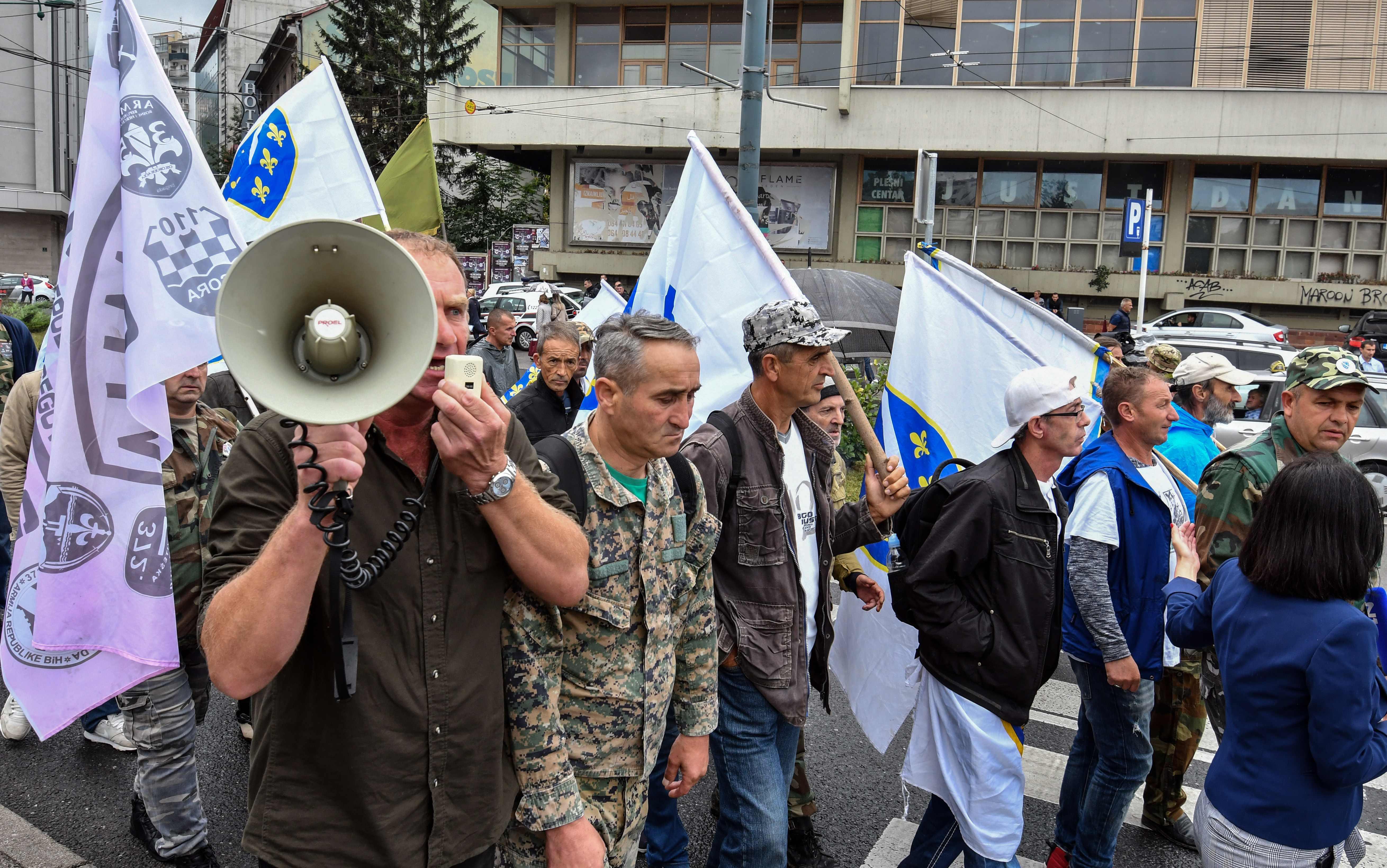 صور.. شرطة البوسنة تشتبك مع مئات من المحاربين القدماء بالعاصمة سراييفو  1385037-البوسنة-(3)