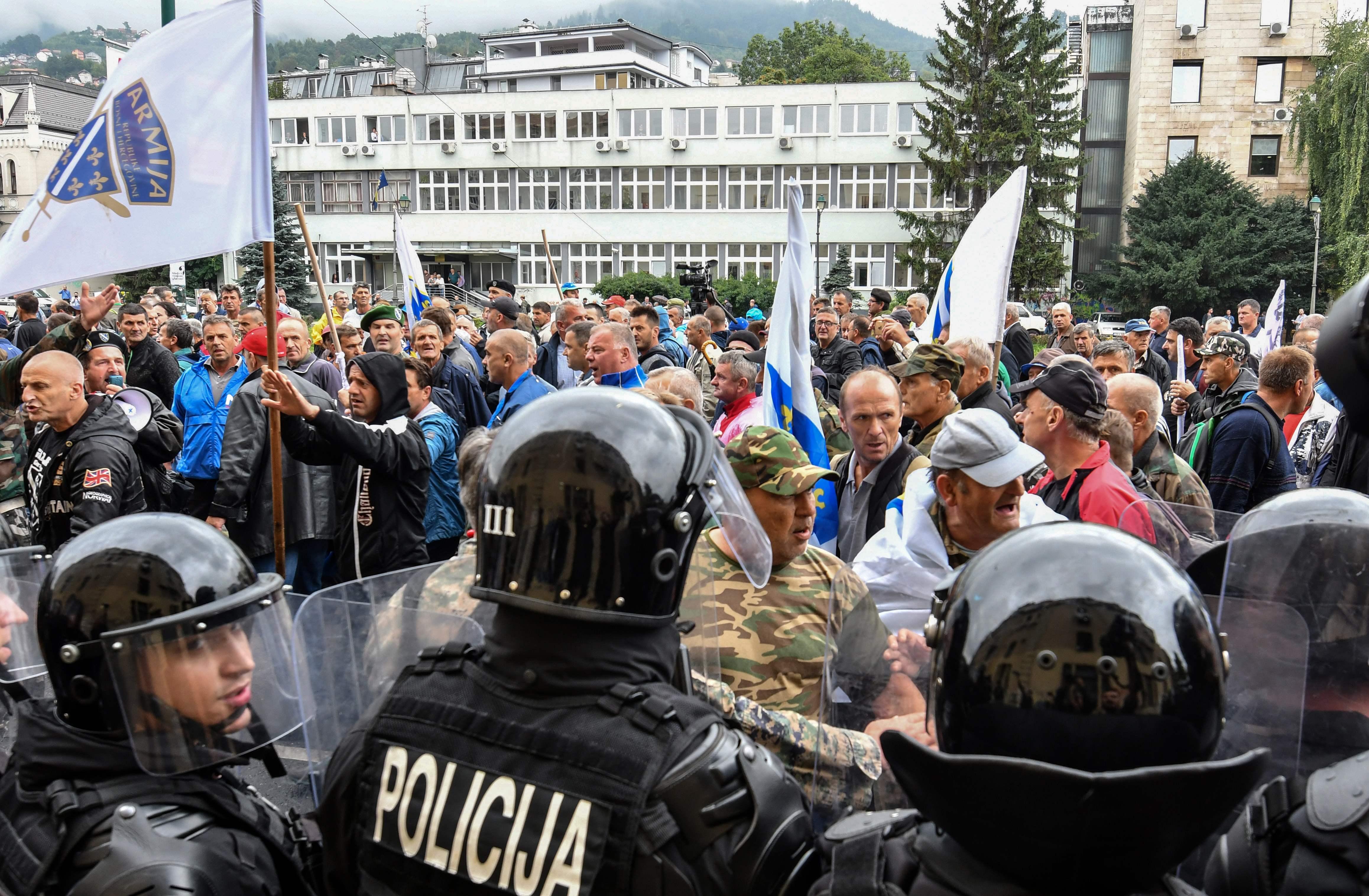 صور.. شرطة البوسنة تشتبك مع مئات من المحاربين القدماء بالعاصمة سراييفو  1394638-البوسنة-(6)