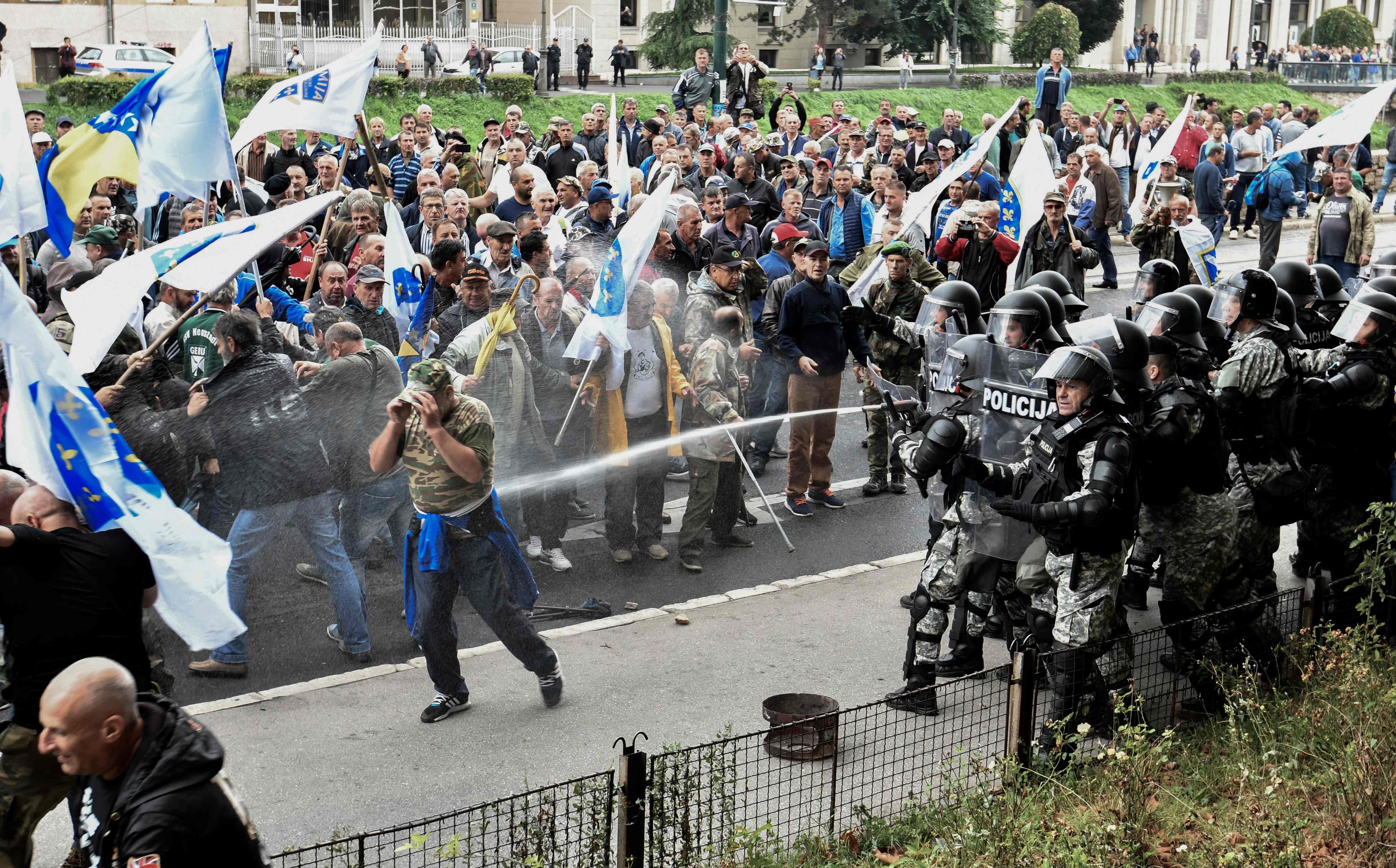 صور.. شرطة البوسنة تشتبك مع مئات من المحاربين القدماء بالعاصمة سراييفو  1435392-البوسنة-(1)