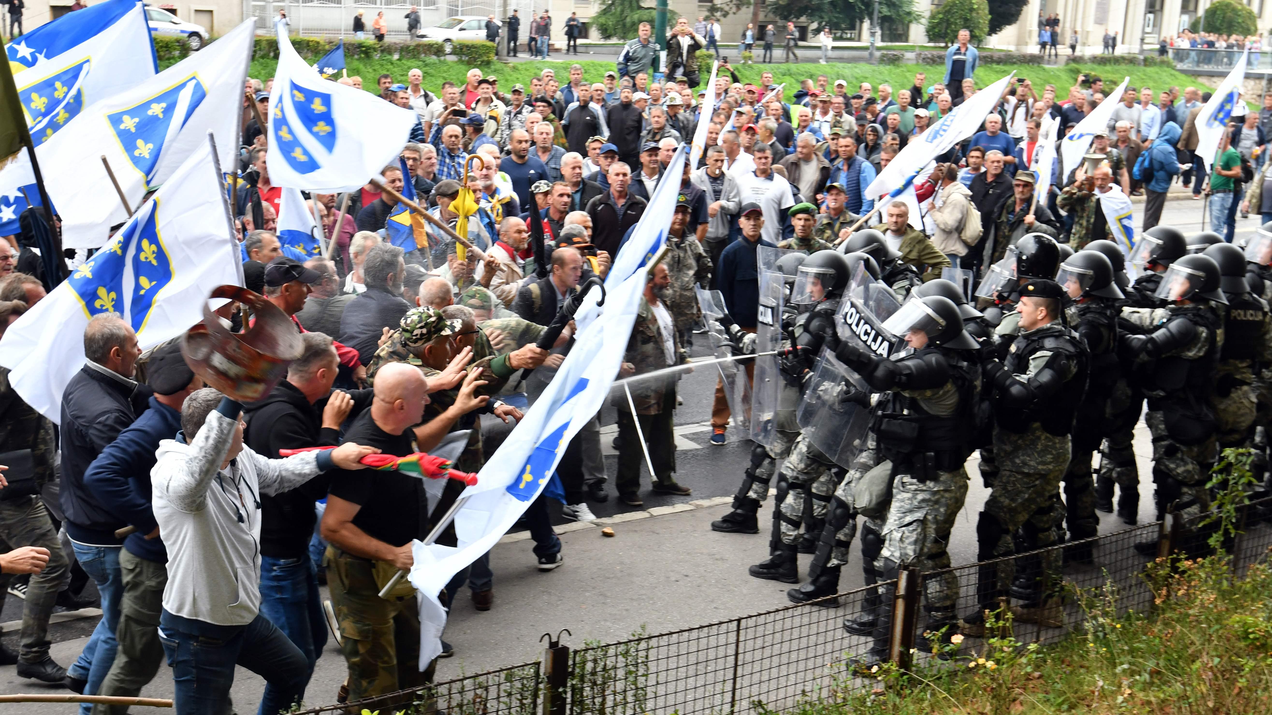صور.. شرطة البوسنة تشتبك مع مئات من المحاربين القدماء بالعاصمة سراييفو  1464456-البوسنة-(2)