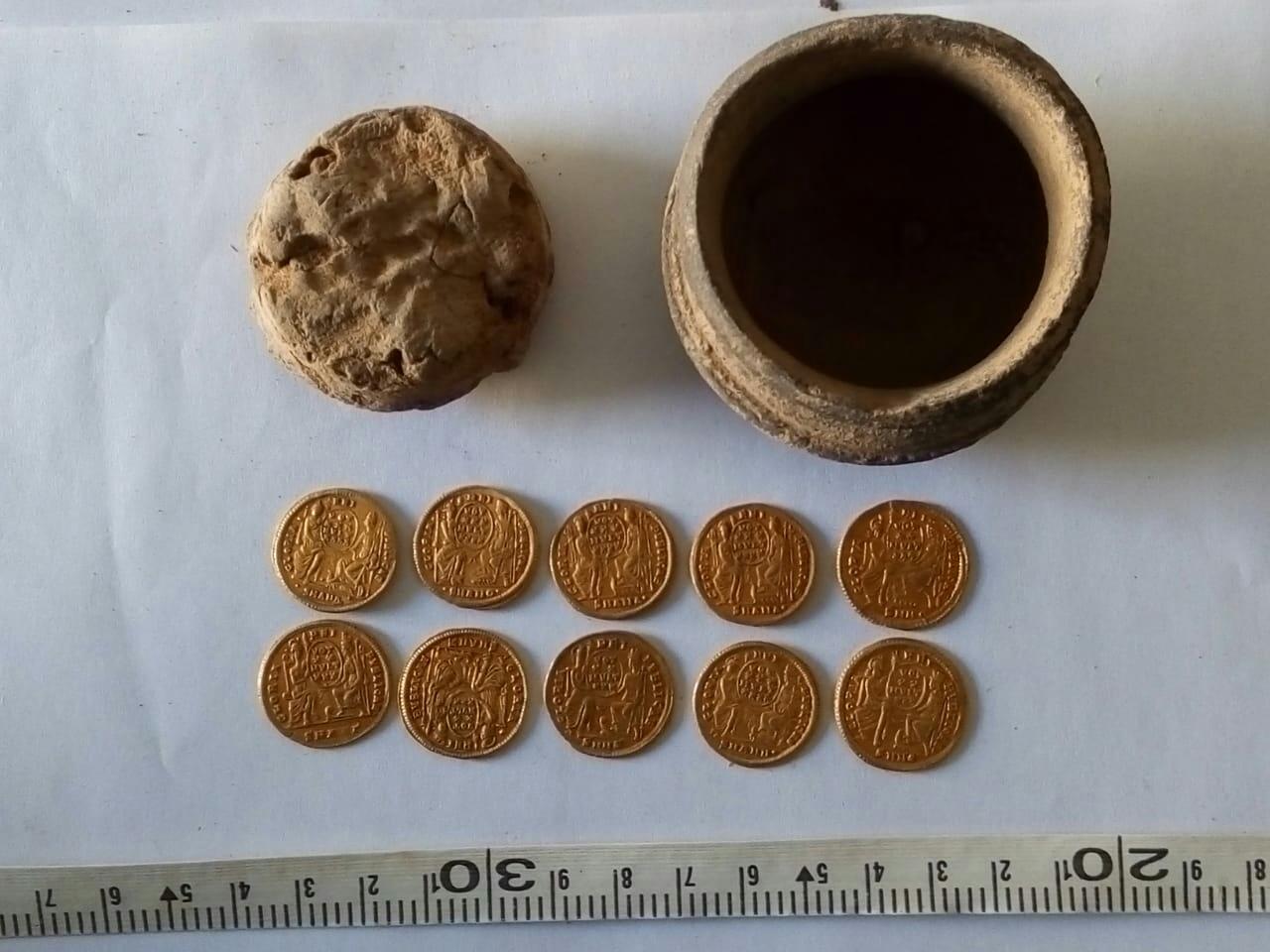 الكشف عن عملات ذهبية من العصر البيزنطى بمنطقة عين السبيل بالداخلة.. صور  475813-عملات-(2)