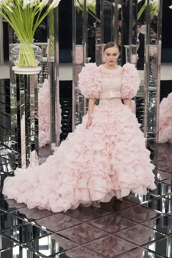 cb82d4063176d ... ابنه النجم العالمى جونى ديب، والتى اختتمت العرض بتقديمها فستان زفاف  ساحر باللون الوردى والذى اعتبره الكثيرون واحد من أهم اتجاهات موضة فساتين  زفاف 2017 .