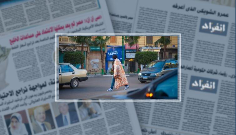 """""""سيشن بطانية"""".. إسلام يتحدى برد الشتاء بضحكة على وشوش الناس فى شوارع المحروسة"""