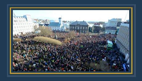 جانب من التظاهرات النسائية فى أيسلندا