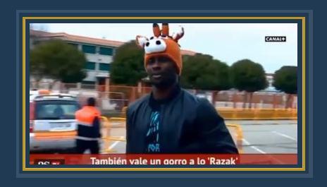 أحد اللاعبين يرتدى قبعة على شكل رأس حصان لمواجهة البرد