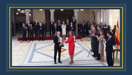 إنييستا يتسلم جائزة اللعب النظيم من ملكة إسبانيا