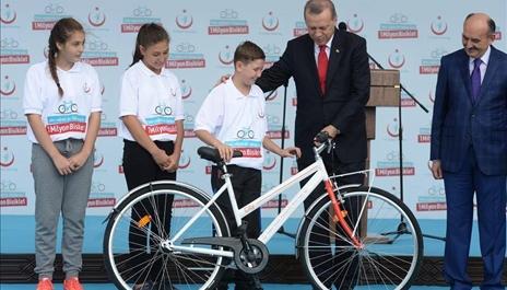 دراجة هدية لكل طفل