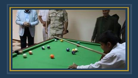 محافظ جنوب سيناء يشجع احد الاطفال على ممارسة الرياضة
